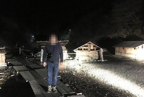 ライトアップされた温泉小屋の前で記念撮影