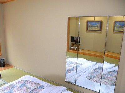 部屋の三面鏡