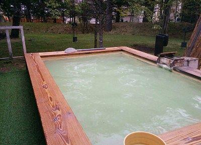 露天風呂の湯舟の様子