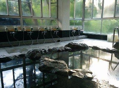 大型ガラスで開放感ある湯屋の様子