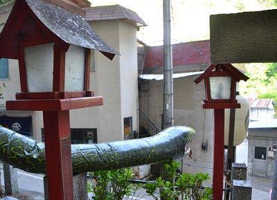 温泉街方向に顔を向けてお置かれてた大蛇神輿