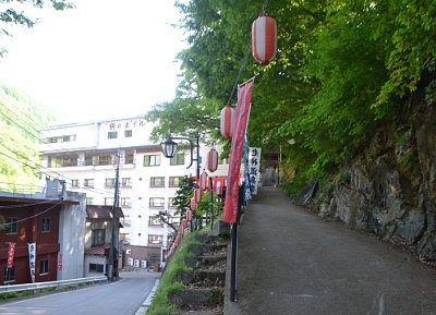神社のスロープ側の道