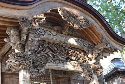 拝殿上の彫刻の様子