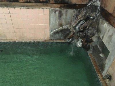 滝の湯源泉の湯口の様子