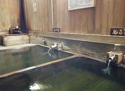 あつ湯とぬる湯と二つの浴槽があった大湯の様子