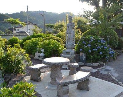紫陽花観音と休憩できるテーブルとイス