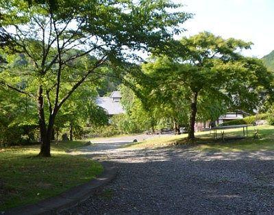 自然がいっぱいな小平の里鍾乳洞公園の様子