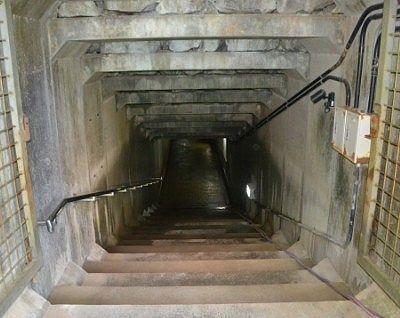 下へ降りるトンネル