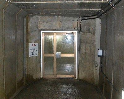 鍾乳洞手前の二重扉の様子