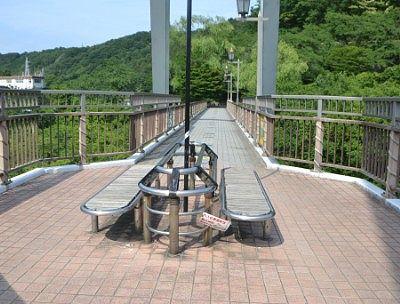 はねたき橋中央にあったベンチ