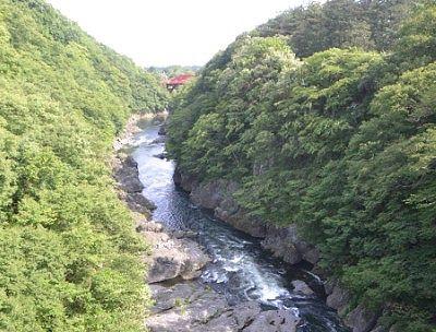 はねたき橋から見た高津戸橋方向の高津戸峡の景色