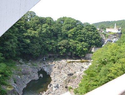 はねたき橋から見た高津戸ダム方向の景色