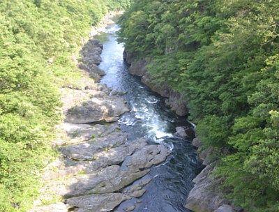 夏の高津戸峡の景色
