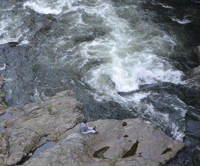 川の畔で涼んでる人