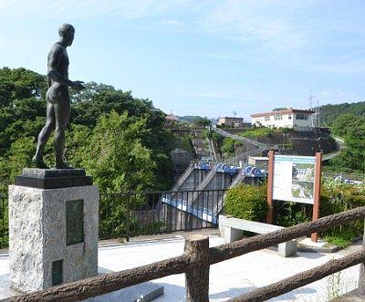 高津戸ダムとブロンズ像
