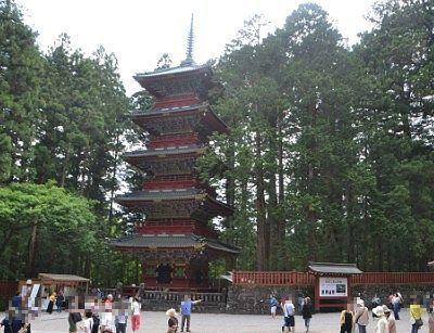 正面から見た五重塔の様子