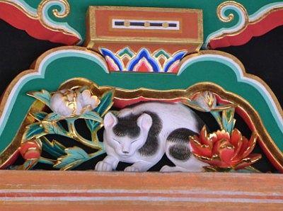 眠り猫の彫刻