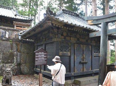 奥社銅神庫と狛犬