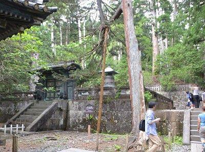 鋳抜門と御宝塔