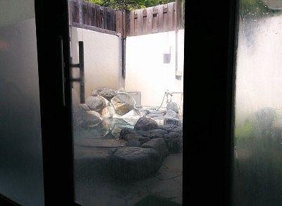 内風呂から見える露天風呂の様子