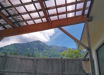露天風呂の屋根の隙間から見えた山と空の景色