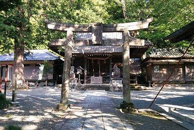 白瀧神社社殿前の境内の様子