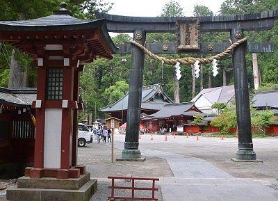唐銅鳥居と社殿