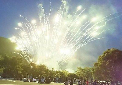 梅田湖花火大会が始まった様子