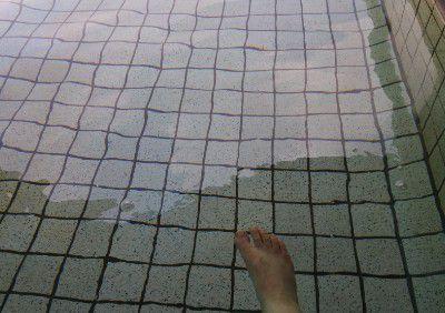 無色透明な本白根温泉の様子
