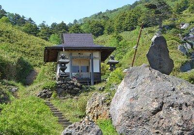 山の斜面に建っていた薬師堂