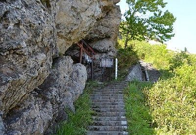 遊歩道脇にあった熊四郎洞窟