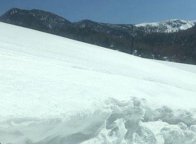 使われなくなって雪に埋もれたスキー場