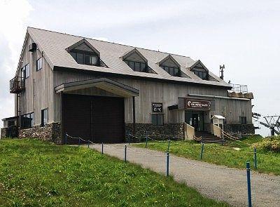 横手山ペアリフト乗り場の建物が展望台