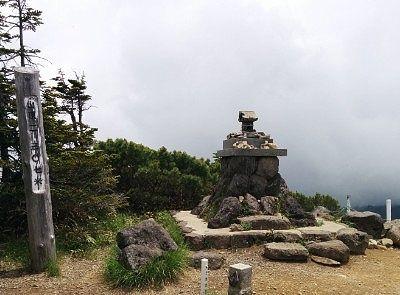 横手山神社と横手山山頂の碑