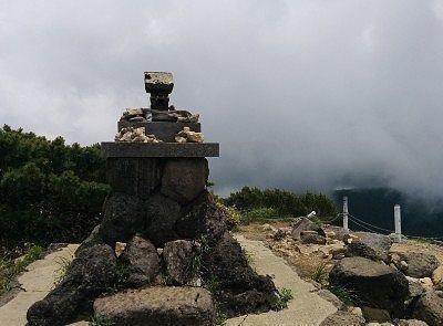 横手山神社と流れる雲