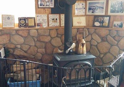 薪ストーブと有名人の写真とサイン色紙