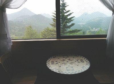 窓から景色が見える席