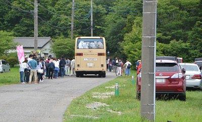 臨時駐車場からシャトルバス