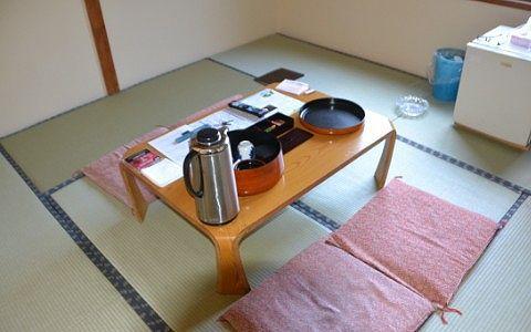 ゆけむり館客室のテーブル周りの様子