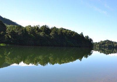 湯ノ湖の水鏡の景色