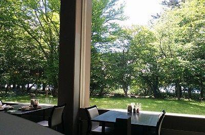 大きな窓から景色が見えるレストラン