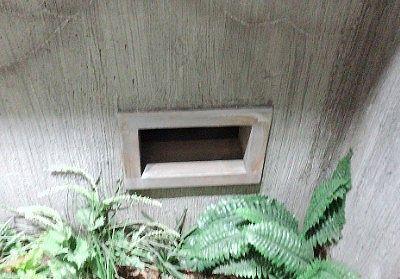独房下の隙間