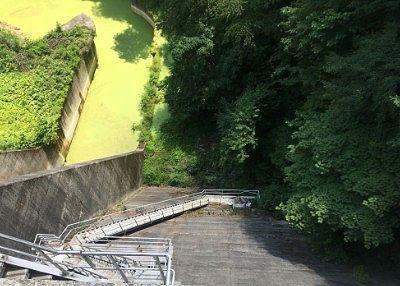 ダムのコンクリート壁を見下ろした景色