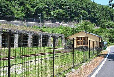 金網越しのホッパ棟と太子駅舎
