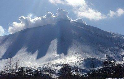 噴煙のあがる浅間山の様子