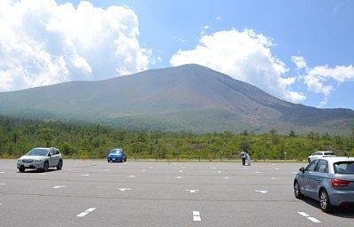 浅間六里ヶ原休憩所駐車場から見た夏の浅間山