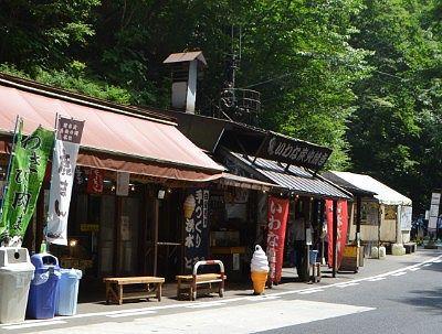 通り沿いにあった白糸の滝売店