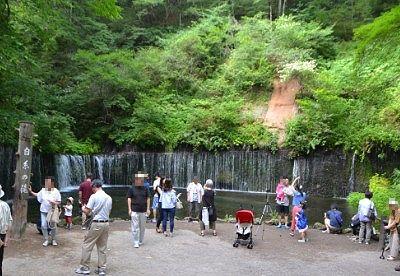白糸の滝前にいた観光客の様子
