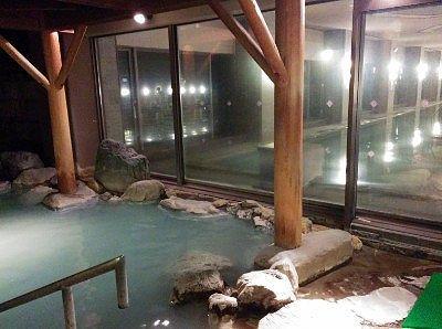 露天風呂とガラスの先の内風呂