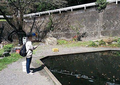 釣り堀で釣りをしてる様子